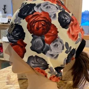 lune tuque fleurs rouges de côté