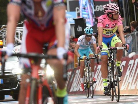 Contador, sin mayor esfuerzo, pudo meter otro segundo entre él y Aru.