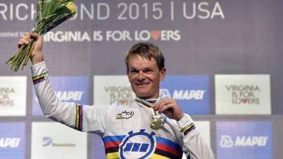 Kiryienka luciendo el maillot con la banda arcoiris y la medalla, que lo designan como campeón mundial de la contrarreloj individual.