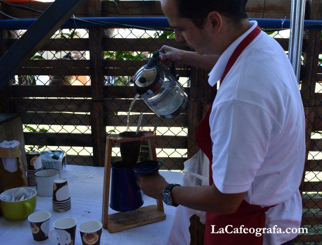Café Cubero servido en chorreador, método típico de Costa Rica.