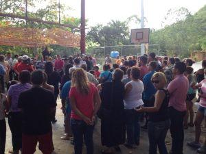 Grupo de padres que se manifiestan en la escuela Luis Muñoz Rivera 1 de Ponce. (Suministrada)