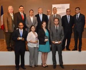 La ceremonia de premiación de la entidad Abertis contó con la participación del presidente de la UPR, doctor Uroyoán Walker, catedráticos del RUM, funcionarios gubernamentales y representantes de Abertis. Al frente, los galardonados.