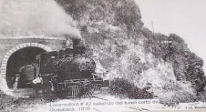Foto histórica del tren saliendo del túnel Guajataca, en Isabela.