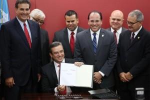 El gobernador Alejandro Garcia Padilla, rodeado del liderato legislativo y del superintendente de la Policía, firma varias leyes relacionadas con la seguridad pública. (Suministrada)