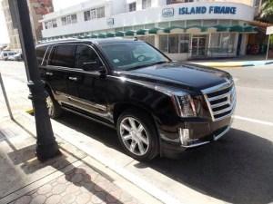 Cadillac Escalade de 2015, adquirida con fondos públicos, para el uso del alcalde de Aguadilla, Carlos Méndez. (Foto Facebook.)