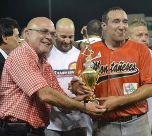 El Dr. José Quiles, presidente de la FBAPR, le entrega el trofeo de Jugador Más Valioso de la Serie Final a Carlos Claudio, de los Montañeses de Utuado (Foto FBAPR).
