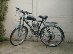 """Ejemplo de una bicicleta modificada, o """"bicimoto"""", que transitan por las carreteras de la Isla."""