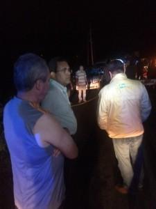El alcalde de San Sebastian, Javier Jiménez, examina la situación en la carretera PR-111 (Foto cortesía de Alexander Mejías).