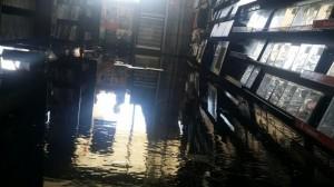 El agua de los rociadores hizo más daño que la candela, en el fuego de la tienda Game Stop de Mayaguez (Suministrada Bomberos).