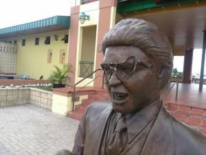Otro ángulo de los daños causados a la estatua de Héctor Lavoe (Suministrada Oficina de Prensa Municipio de Ponce).