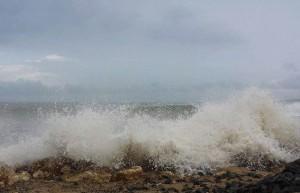Efectos del fuerte oleaje provocado por el mal tiempo en la costa de Aguadilla (Foto cortesía Luz R. Soto).