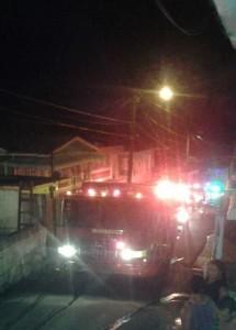 Movilización de los bomberos durante el incendio ocurrido el domingo en la noche en el Camino Justiniano de Mayagüez (Suministrada).