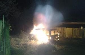 Un vehículo incendiado por el sujeto que no ha sido capturado (Archivo).