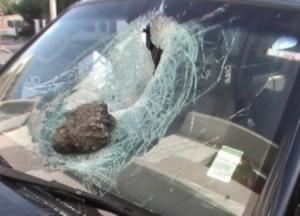 piedra lanzada contra automovil