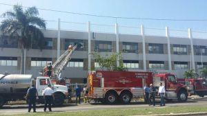 Equipo del Cuerpo de Bomberos activado para combatir el fuego ocurrido en el edificio Pancho Coimbre en Ponce (Suministrada Bomberos).