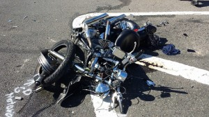 Estado en el que quedó la motora tras el accidente que cobró la vida del que la manejaba en Aguada (Foro Rescate Cortés).