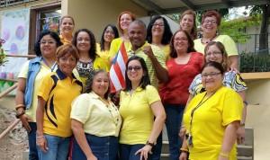 """El campeón Félix """"Tito"""" Trinidad junto a la facultad de la escuela Ana Pagán de Rodríguez, de la comunidad San Romualdo de Hormigueros (Foto Facebook)."""