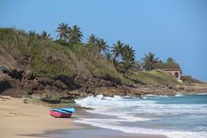 Lugar donde desembarcaron los indocumentados en la playa Las Ruinas. En primer plano, la yola abandonada (Suministrada Border Patrol).