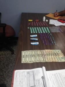 Droga y dinero ocupado en un punto de drogas del residencial Carmen de Mayagüez (Suministrada Policía).