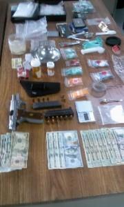 Otro plano del material y el dinero confiscado (Suministrada Policía).