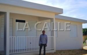El alcalde de Aguadilla, Carlos Méndez, posa frente a la residencia reconstruida (Suministrada Municipio de Aguadilla).