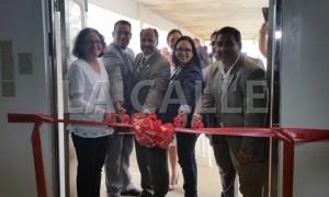 Momento del corte de cinta en el Centro de Cuarentena de Caballos en el Aeropuerto de Aguadilla (Suministrada).