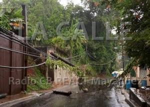 Un poste cayó sobre la cablería eléctrica y obstruye el tránsito en el sector Manantiales (Foto Radio CB REACT Mayagüez).