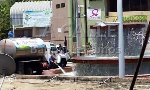 """Momento en que un empleado del Municipio de Hatillo llena una fuente con agua de un camión cisterna. Haga """"click"""" para agrandar la imagen (Suministrada)."""