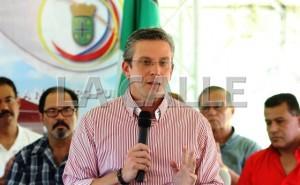 El gobernador Alejandro Garcia Padilla durante su visita a Añasco (Suministrada).