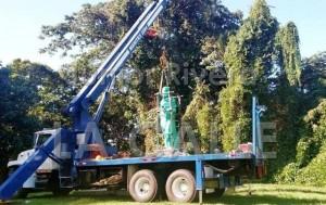 Parte de las labores de traslado de la estatua de Hostos (Foto Junior Rivera).