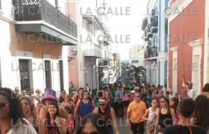 """Una muestra de la multitud que llega hasta el Viejo San Juan para las Fiestas de la Calle San Sebastián. En la noche, la concurrencia aumenta. Haga """"click"""" sobre la imagen para ampliarla (Foto LA CALLE Digital)."""