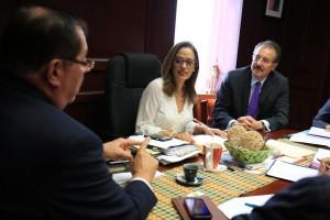 El vicealcalde de Mayagüez, Heriberto Acevedo (a la izquierda) conversa con la senadora Rossana López y con el secretario de Hacienda, Juan Zaragoza (Suministrada).