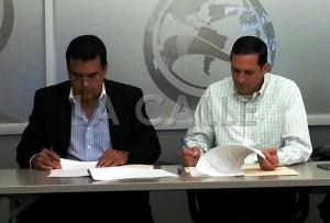 El alcalde de San Sebastián, Javier Jiménez (a la izquierda), y el presidente ejecutivo de la AAA, ingeniero Alberto Lázaro, firman el acuerdo en el que el Municipio del Pepino le presta $1 millón a la AAA (Suministrada AAA).