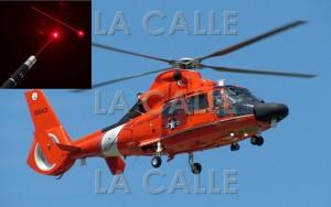La Guardia Costera indicó que apuntar con láser a sus helicópteros o cualquier aeronave es un delito federal (Fotomontaje LA CALLE Digital).