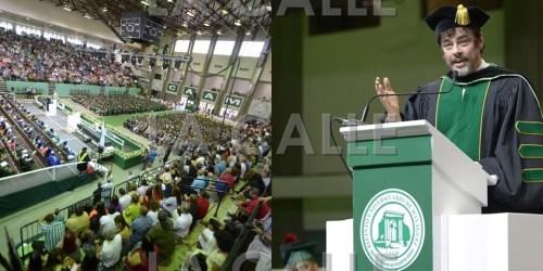 El actor Benicio Del Toro se dirige a los graduandos del Colegio (Suministradas).