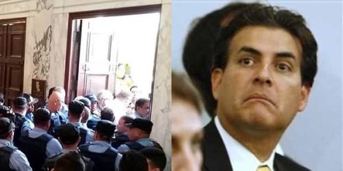 Incidente ocurrido cuando líderes magisteriales trataban de entrar a El Capitolio. A la derecha, el presidente del Senado, Eduardo Bhatia.
