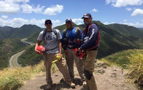 Personal de la AEMEAD posa en lo alto del Cerro de los Cielos, entre Salinas y Cayey (Suministrada AEMEAD).