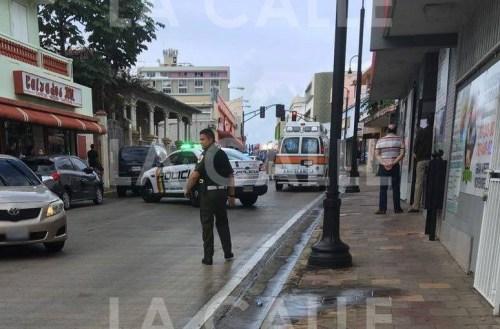 Las autoridades tuvieron que interrumpir el tránsito en la calle Betances (antigua calle Post) para proteger la escena (Suministrada).