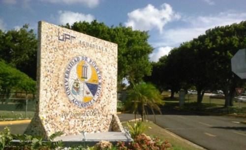 Entrada principal del recinto de la UPR de Aguadilla (Archivo).