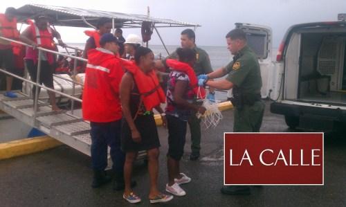 Agentes de la Patrulla de Fronteras y de la Guardia Costanera ponen bajo arresto a los indocumentados (Suministrada/CBP).