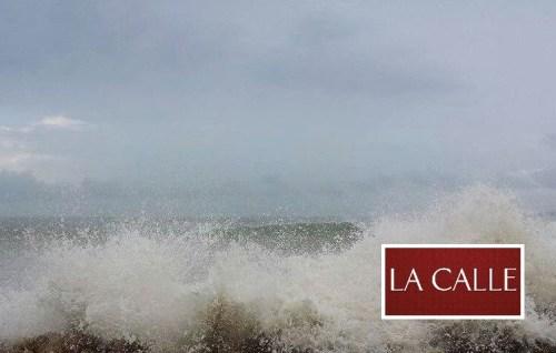 Las olas rompientes llegaron hasta la carretera 102 en el área de Guanajibo en Mayagüez (Foto LA CALLE Digital).