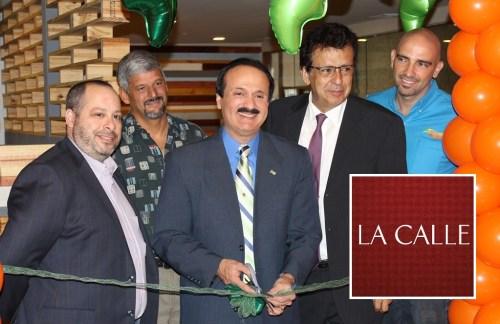 Ceremonia del corte de cinta de Casa Mofongo Xpress en el Mayagüez Mall. De izquierda a derecha Luis Benabe, Carlos Valverde, Juan Quintero y Arnau Rodríguez de Casa Mofongo, junto al alcalde José Guillermo Rodríguez (Suministrada).