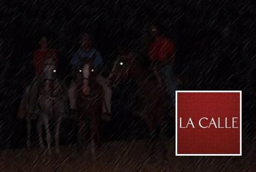 En algunas cabalgatas nocturnas en las carreteras, lo único que se distingue es el brillo que refleja la luz en los ojos de los caballos (Archivo).