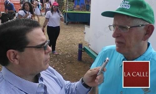 El periodista Julio Víctor Ramírez, hijo, conversa con el rector del RUM, Dr. John Fernández Van Cleve (Foto/LA CALLE Digital).