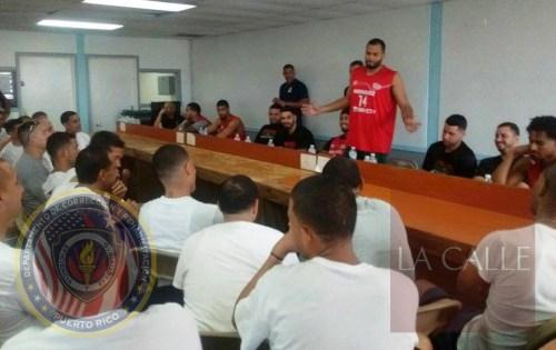 Miembros del equipo de los Indios de Mayagüez comparten una charla motivacional con los confinados de El Limón (Suministrada/DCR).