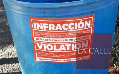 Pegadizos como este fueron colocados en los zafacones de las casas que no usaron las bolsas anaranjadas (Foto/LA CALLE Digital).