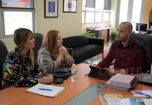El secretario del DRD, Andrés Volmar, conversa con las activistas pro derechos de los animales, Carla Capalli y Susan Soltero (Suministrada/DRD).
