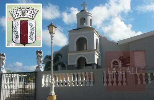 La iglesia Católica del Poblado Rosario. En el recuadro, el escudo oficial de esa comunidad (Foto/LA CALLE Digital).