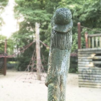 Phallus Holzsskulptur Spielplatz Moabit