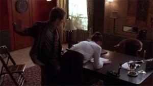 Secretary - Grey holt zum ersten Schlag aus